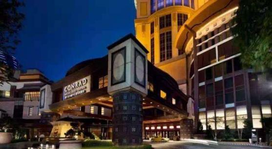 位于鹤山沙坪新业路鹤山广场背后的希尔顿欢朋酒店,毗邻鹤山市政府