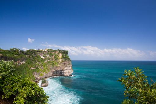 【三岛一日游】(停留约6小时) 巴厘岛三大离岛深度巡游:【蓝梦岛】在这里可以站在制高点观看蓝梦岛的全景,且四周海域有美丽珊瑚礁及成群的热带鱼,岛上民风纯朴、拥有安静洁白的沙滩,是欧洲人士喜爱的度假小岛之一。【金银岛】这里的海域又是不一样的惊喜体验 ,漫步在连接蓝梦岛与金银岛的生命之桥叫LOVE爱之桥,并探访神奇海底森林之红树林!