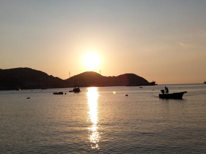 饭后为了明天早出舟山群岛,直接快车去定海住,晚上6点半已经没有公交