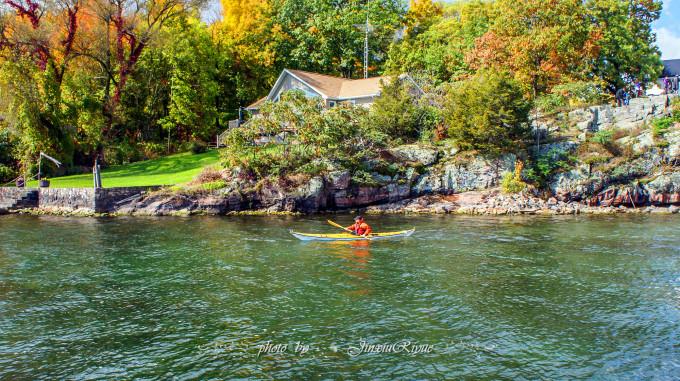 我们从渥太华开车来到千岛群岛畔的加纳诺克,  明媚的阳光让一切都