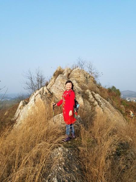 衡东 游记            鹤岭登上山顶,你便不由称奇叫绝:一条南北走向