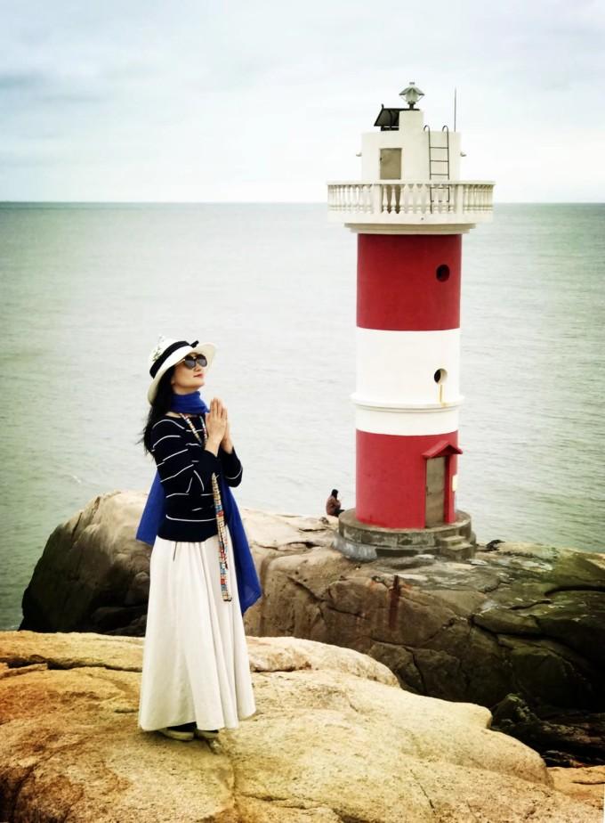 """庙子湖岛唯一需要走路的就是去红白灯塔,从""""自由男神""""雕像下面的小路"""