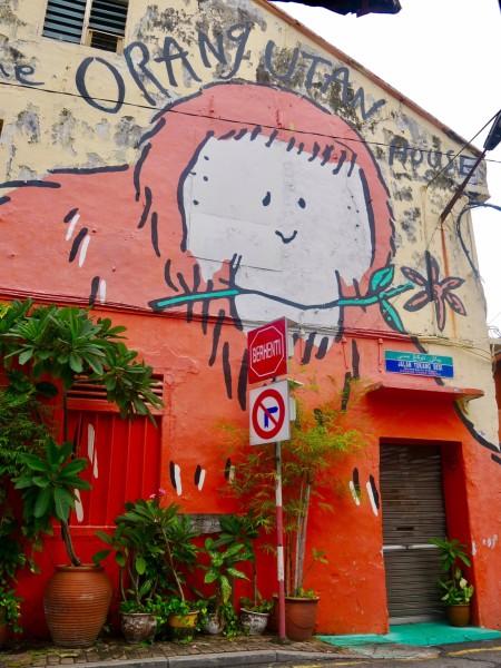 这种两层楼的小房子,白天的时候很安静.墙上有很多可爱的墙绘.