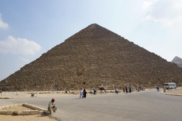 卢克索是著名的埃及古城,古老的尼罗河把它一分两半,东岸坐落着著名的神庙和奢华的酒店,西岸则遍布着法老墓和祭庙。如今被誉为全球最佳的露天博物馆。从帝王谷的图坦卡蒙墓、卡尔奈克和卢克索宏伟寺庙群的壮观落日景象到令人激动的尼罗河之旅,卢克索是文化游爱好者的圣地。 如果要了解古埃及文明,只到尼罗河下游的开罗和开罗附近的金字塔群,显然是不够的。位于尼罗河中游的卢克索,是认识古埃及的另一把钥匙。卢克索距开罗近七百公里,尼罗河穿城而过,将这座曾经的都城一分为二。对卢克索来说,尼罗河既是死亡和生命的分界线,也是安宁和喧