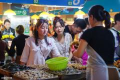 三亚吃货中的国际脸孔,俄罗斯客也学会逛海鲜市场,是钱包扁了?