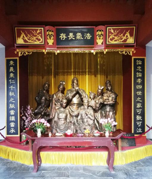正殿内塑关羽坐姿像与其子关平、关兴的立姿像,四周照壁绘有《三国演义》壁画.图片