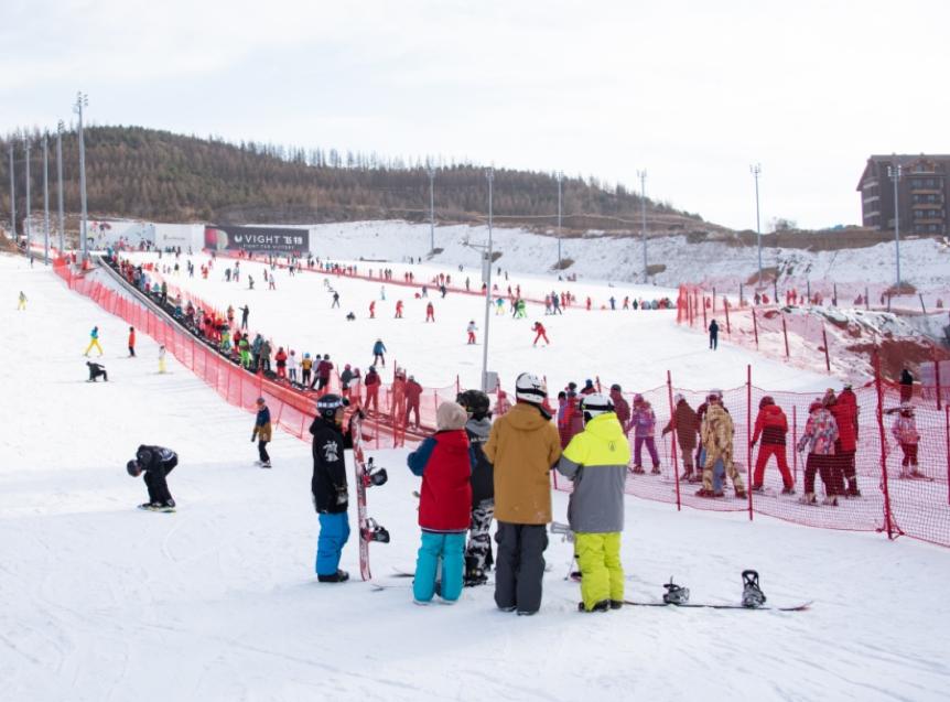 全国首家!翠云山银河滑雪场向医护人员全家庭