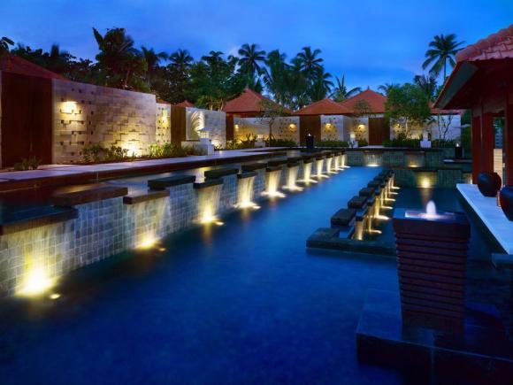 套餐选择: 尊贵房2晚(含1次自助晚餐+1次下午茶) 巴厘岛君悦酒店( Grand Hyatt Bali) 1991年开业,2007年装修,共有636间房 Grand Hyatt Bali(巴厘岛君悦酒店),位于努沙杜瓦,这里是巴厘岛知名的旅游度假圣地。酒店离沙努尔、库塔和登巴萨城都很近,出行十分便利。酒店周边环境优美,在湖泊、花园和六个游泳池的围绕下,这座巴厘岛风格的建筑可以说是一座水上宫殿,极富自然美和现代美。 豪华的酒店宽敞明亮,在自然美景的映衬下格外美丽,在夜晚灯光的环绕中又具有另一种美感。客房包