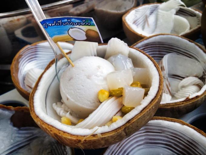 有椰子果肉的叶子冰激凌