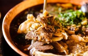腾冲美食-朝伟清真铜瓢牛肉