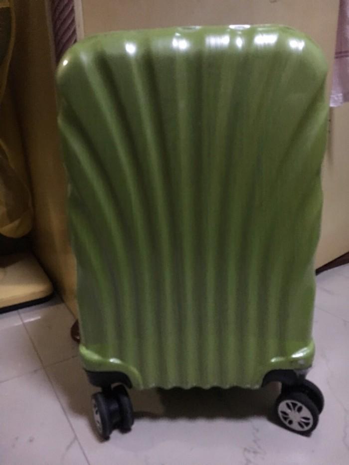 [题主采纳]1.随身携带行李的重量和液体的要求 亚航规定:每位乘客只允许随身携带一件手提行李登机,行李的最大体积为56厘米 x 36厘米x 23厘米/22英寸x 14英寸x 9英寸,并且重量不得超过7公斤。另外还可以带一个女士包或电脑包。该行李必须能够放在您前方下的座位或在飞机内的储藏厢内。 但实际上,除了吉隆坡对随身所带行李检查比较严格意外,其他地方都还好,只要不是很夸张,或者看上去很大,大多数时候都睁一眼,闭一只眼就过去了。 就是说你背个大点的包是可以直接上飞机的,一般一人背一个双肩包,在拿个手提包亚