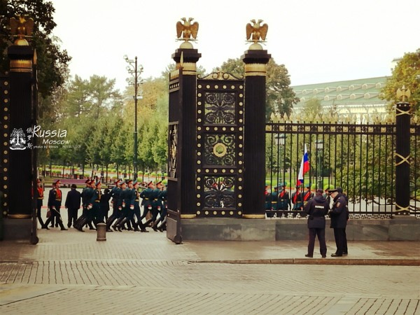 看完阅兵,克里姆林宫还没开门,转头走回红场,拍一拍朱可夫元帅的雕塑