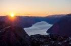 挪威吕瑟峡湾布道石徒步攀登小团之旅 全年出行 专业向导带领 斯塔万格接送 赠送热饮和小吃
